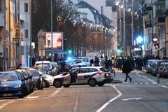 Die Polizei bei Razzien in der Nachbarschaft Neudorf in Strassburg. (Bild: EPA/RONALD WITTEK)