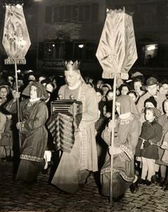 Ein König legt seine Gaben auf dem Kornmarkt nieder. (Bild: Chronik der Sternsinger 1948 (Stadtarchiv/D131, 1948))