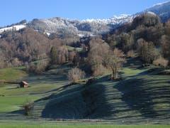 In Rufi/Schänis ist oben schon Winter; im Talboden ist der erste Schnee wieder weggeschmolzen. (Bild: Hubert Koch)