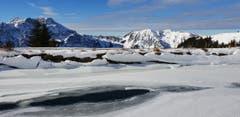 «Der Winter ist definitiv in den Bergen eingekehrt. Das Härzliseeli auf dem Brunni ob Engelberg entleert sich langsam durch die Wasserentnahme für die Pistenbescheinung», schreibt dieser Leser. (Bild: Kurt Hägi (Rigi, 13. Dezember 2018))