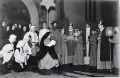 1939 hatten dann zumindest die Könige neue Kostüme – weil diese ihm Vorjahr derart «erbärmlich »gefroren hatten. (Bild: Chronik der Sternsinger (Stadtarchiv/D131))
