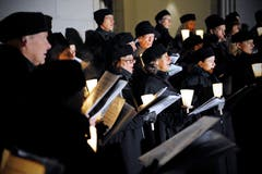 Der Chor – hier vor der Matthäuskirche – umfasst heute gut 60 Sängerinnen und Sänger. (Bild Pius Amrein (20. Dezember 2009))