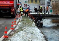 Seewen - 15. Dezember 2018Tragischer Verkehrsunfall in Unterseewen. Ein Lenker gerät in der eiskalten Nacht auf der Seewernstrasse von der Fahrbahn und stürzt in den Bach. Der 64-Jährige wird erst am Morgen entdeckt. (Geri Holdener, Bote der Urschweiz)