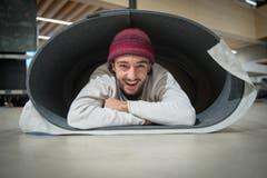 Im warmen hat man natürlich gut lachen: Jann Mathys zeigt, wie man es sich in der Filzroulade gemütlich macht. (Bild: Boris Bürgisser, 22. November 2018)