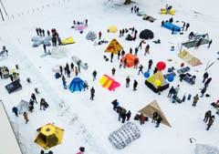 220 Studentinnen und Studenten der HSLU traten im Melchtal zum Härtetest an. Geprüft wurde, ob ihre 54 selbst konstruierten Biwaks dem Wetter standhalten würden. (Bild: Boris Bürgisser, Melchtal, 13. Dezember 2018)