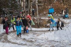 Alle Materialien für die Biwaks mussten sie in einem 30 Minütigen Marsch vom Melchtal zum Sportcamp unterhalb der Stöckalp transportieren.