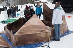 Die Kälte (Minus 7 Grad tagsüber) machte sich beim Aufbau bemerkbar. (Bild: Boris Bürgisser, Melchtal, 13. Dezember 2018)