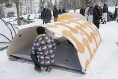Dort angekommen, mussten die Biwak-Konstruktionen auf einem schneebedeckten Feld aufgebaut werden. Hier ein besonders filigranes Modell. (Bild: Boris Bürgisser, Melchtal, 13. Dezember 2018)