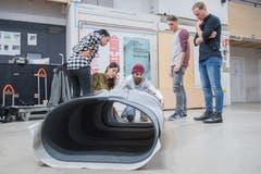 Der Prototyp der Filzroulade wird beim Technikum in Horw erstmals zusammengesetzt. (Bild: Boris Bürgisser, 22. November 2018)