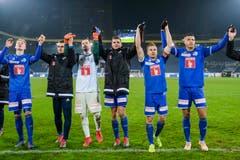 Marvin Schulz, Yannick Schmid, David Zibung, Pascal Schürpf, Christian Schwegler und Lucas Alves (von links) lassen sich nach dem Spiel von den Fans feiern. (Bild: Martin Meienberger / Freshfocus (Luzern, 16. Dezember 2018))