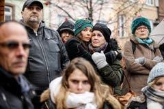 Bewohner von Strassburg haben sich am Sonntag im Stadtzentrum versammelt um den Opfern zu gedenken. Am Sonntag erlag ein fünftes Opfer des Attentats seinen Verletzungen im Spital. (Bild: AP Photo/Jean-Francois Badias, Strassburg, 16. Dezember 2018))