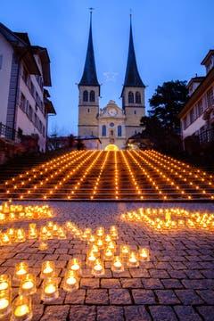 Am Samstag liess sich dieses schöne Lichtspektakel vor der Hofkirche fotografieren. (Bild: Andreas Zopp (Luzern, 15. Dezember 2018))