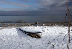 Ein verschneites Boot in Güttingen. (Bild: Barbara Weber)