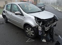 Rain - 18. Dezember 2018 Dieses Auto war in eine Kollision mit zwei weiteren Autos und einem Lastwagen in Rain verwickelt. Beim Unfall auf der Rainstrasse auf der Höhe der Einmündung Chlewaldstrasse wurden zwei Personen verletzt. Alle Fahrzeuge mussten abtransportiert werden. Der Sachschaden beträgt rund 70'000 Franken. (Bild: Luzerner Polizei)