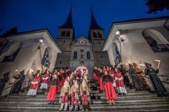 Hier zieht der Samichlaus mit seinem Gefolge aus der Hofkirche aus. (Bild: Pius Amrein (Luzern, 02. Dezember 2018))