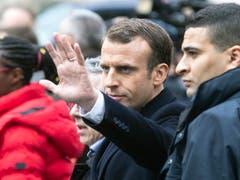 Präsident Macron sieht sich das «Schlachtfeld» um den Arc de Triomphe an. (Bild: KEYSTONE/EPA/ETIENNE LAURENT)