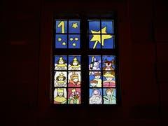Das ist das 1. Fenster zum Start in den Advent und viele weitere werden in Einsiedeln, verteilt im ganzen Dorf, folgen. Aufgenommen bei der Klosterkirche in Einsiedeln. (Bild: Margrith Imhof-Röthlin (Einsiedeln, 1. Dezember 2018))