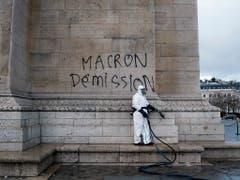 Deutliche Botschaft als Graffiti auf den Arc de Triomphe gesprayt: Rücktritt Macron. (Bild: KEYSTONE/AP/THIBAULT CAMUS)
