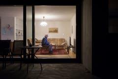 Toni Steiner schaut in seiner Wohnung die Tagesschau. (Bild: Benjamin Manser)