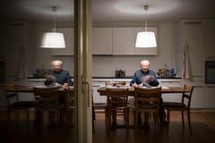 Toni Steiner zuhause an seinem Küchentisch. (Bild: Benjamin Manser)