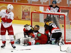 Ligarekord: Bern-Goalie Leonardo Genoni hielt gegen Lausanne seinen Kasten rein und feierte den sechsten Shutout der Saison (Bild: KEYSTONE/PETER KLAUNZER)