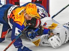 Fribourgs Tristan Vauclair am Boden: Gottéron verlor zum achten Mal in den letzten zehn Spielen (Bild: KEYSTONE/WALTER BIERI)