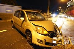 Walchwil - 22. DezemberEine alkoholisierte Autolenkerin bediente während der Fahrt das Radio und verlor die Herrschaft über ihr Auto. Sie wurde leicht verletzt. (Bild: Zuger Strafverfolgungsbehörden)