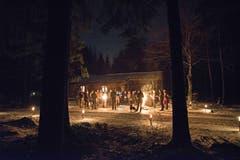 Die letzte laute Jagd ist vorüber. Die Jägerfamilie feiert Waldweihnacht vor dem Jagdhaus. (Werner Hüsler (16. Dezember 2018))