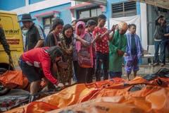 Suche nach Angehörigen unter den Opfern. (Bild: Fauzy Chaniago/AP (Carita, 23. Dezember 2018))
