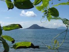 Gemäss der indonesischen Katastrophenschutzbehörde könnte der jüngste Tsunami nach einem Erdrutsch im Meer nach dem Ausbruch des Vulkans Krakatoa ausgelöst worden sein. (Bild: KEYSTONE/AP/SUZANNE PLUNKETT)