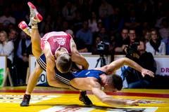 Willisau Lions Dimitar Sandov (rot) gegen RS Kriesserns Gabor Molnar (blau) im Kampf in der 61-kg-Grecoklasse.