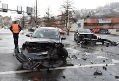 Kriens - 22. DezemberAm Samstag ist es in Kriens zu einer Kollision zwischen zwei Personenwagen gekommen. Zwei Personen wurden dabei leicht verletzt. Es entstand ein Sachschaden von ca. 40'000 Franken. (Bild: Luzerner Polizei)