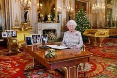 Die britische Königin Elisabeth posiert für das Foto nach der traditionellen Weihnachtsansprache im Buckingham Palast. (Bild: John Stillwell/AP (London, 25. Dezember 2018))