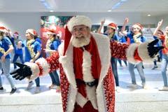 Ein als Weihnachtsmann verkleideter Mann aus Armenien tanzt mit libanesischen und armenischen Kindern am Rafik Hariri International Airport in Beirut. (Bild: Wael Hamzeh/EPA (Beirut, 25. Dezember 2018))