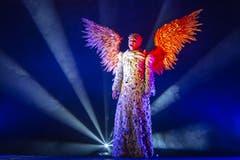 Eine als Engel verkleidete Musikerin spielt in einem slowenischen Krippenspiel biblische Szenen nach. Jahr für Jahr machen an dem Schauspiel rund 150 Personen mit. (Bild: Maja Hitij/Getty (Postojna, 25. Dezember 2018)))