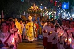 Vietnamesische Pilger während der durch Bischof Joseph Nguyen Nang angeführten Jesus-Prozession in Kim Son, das sich 120 Kilometer südlich der Hauptstadt Hanoi befindet. In der Gegend Ninh Binh gibt es besonders viele Christen. Zurückzuführen ist das auf das Wirken portugiesischer Missionare vor rund 400 Jahren. (Bild: Linh Pham/Getty (Kim Son, 24. Dezember 2018))
