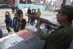 Unter grossen Sicherheitsvorkehrungen: Pakistanische Christen auf dem Weg zur Kirche. (Bild: K.M. Chaudary/AP (Lahore, 25. Dezember 2018))