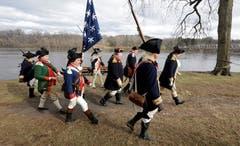 Weihnachten in der Vergangenheit: Reenactment-Darsteller John Godzieba (ganz rechts an der Spitze der Gruppe) spielt General George Washington nach. Dieser hatte am Weihnachtstag 1776 den Delaware River überschritten. (Bild: Jacqueline Larma/AP (Washington Crossing, 25. Dezember 2018))