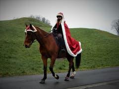 Hoch zu Pferd am Weihnachtstag: Was für eine wunderschöne Begegnung. (Bild: Margrith Imhof-Röthlin (Meggen, 25. Dezember 2018))