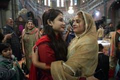 Pakistanische Christen grüssen einander nach der Weihnachtsmesse in einer Kirche in Lahore. (Bild: K.M. Chaudary/AP (Lahore, 25. Dezember 2018))