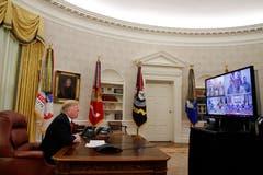 US-Präsident Donald Trump überbringt während einer Videokonferenz mit verschiedenen Soldaten in Guam, Qatar, Alaska und Bahrain seine Weihnachtswünsche. (Bild: Jacquelyn Martin/AP (Washington, 25. Dezember 2018))