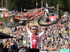 Der König der Mountainbiker: Nino Schurter wurde seiner Favoritenrolle gerecht und gewann auf der Lenzerheide zum siebten Mal WM-Gold (Bild: KEYSTONE/GIAN EHRENZELLER)