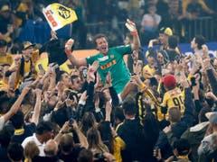 Das Warten hatte nach 32 Jahren ein Ende: Die Young Boys mit Torhüter Marco Wölfli gewannen erstmals seit 1986 wieder den Schweizer Meistertitel und qualifizierten sich später erstmals für die Champions League (Bild: KEYSTONE/PETER KLAUNZER)