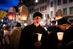 Sternsinger, die heiligen drei Könige und Lichtträger der Spielleute Luzern ziehen durch die Gassen in der Luzerner Altstadt (Bild: Luzerner Zeitung (Luzer, 22. Dezember 2018))