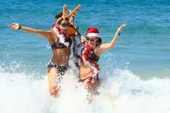 Beach Party: Zwei Frauen in Weihnachtsstimmung am Bondi Beach. In Australien ist der Dezember einer der heissesten Monate des Jahres. Weihnachten wird deshalb vorwiegend draussen gefeiert. (Bild: Mark Evans/Getty (Sidney, 25. Dezember 2018))