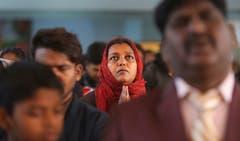 Indische Christen beten in der Saint Mary's Garrison Church in Jammu. Obwohl Hindus und Muslime in Indien die Mehrheit der Bevölkerung bilden, ist Weihnachten ein nationaler Feiertag und wird entsprechend gefeiert. (Bild: Channi Anand/AP (Jammu, 25. Dezember 2018))