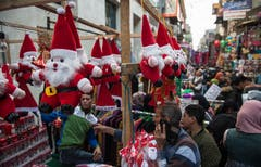 Weihnachtsmänner in einem Bazar in der ägyptischen Hauptstadt. (Bild: Mohamed Hossam/EPA (Kairo, 25. Dezember 2018))