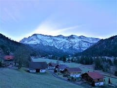 Noch versteckt sich die Sonne hinter der schneebedeckten Pilatuskette. (Bild: Urs Gutfleisch (Eigenthal/LU, 25. Dezember 2018))