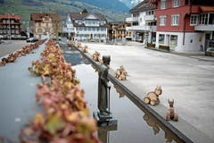 Osterfreude: Holzhasen im Dorf Sachseln, wo die Bruder Klaus-Statue den definitiven Platz hat. (Bild: C. Glanzmann (28. März 2018))