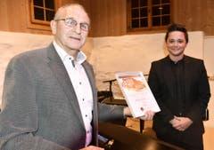 25. Januar: Werner Schöb (links) überreicht Patric Scott den Anerkennungspreis des «Patronat Alte Mühle Gams». (Bild: Heidy Beyeler)